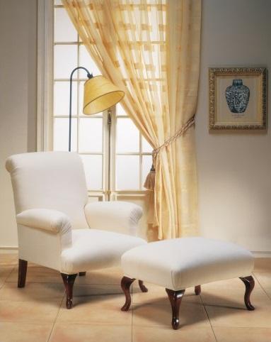 Fauteuil hêtre massif teinte meriser doré tissu blanc pieds galbés