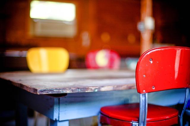 Un intérieur aux meubles colorés